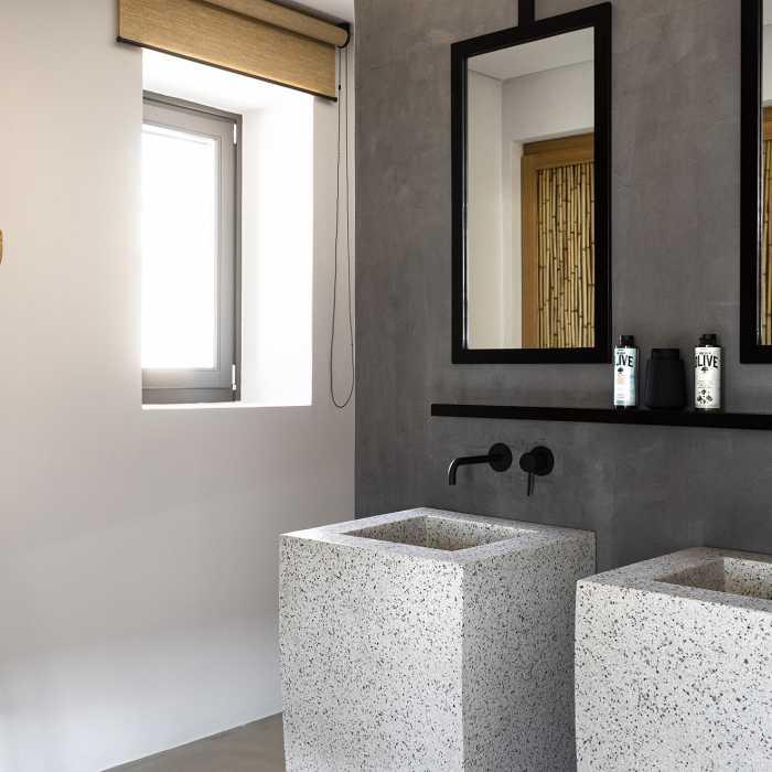 Master bedroom bathroom (1st floor)