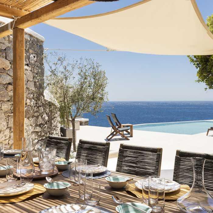 Outdoor dining area (ground floor)